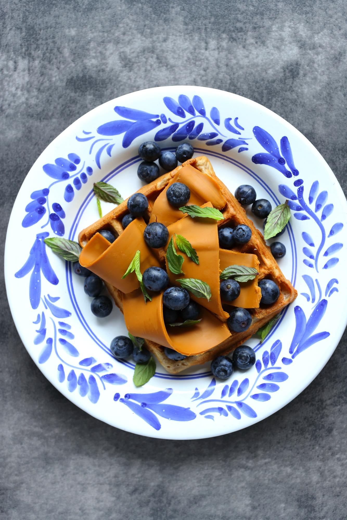 Gofry kasztanowe z brunostem i borówkami