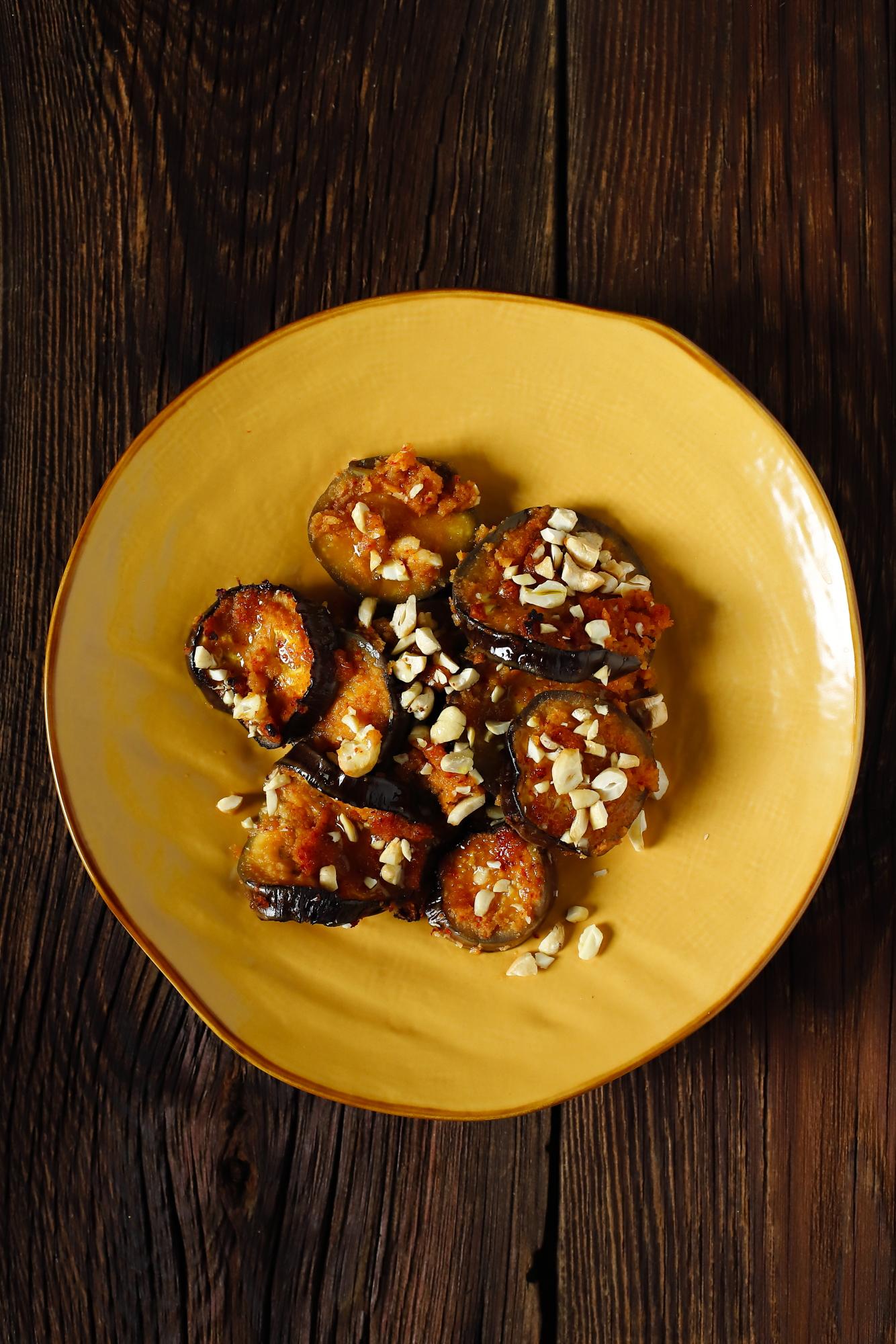 Bakłażan z kimchi i orzechami nerkowca