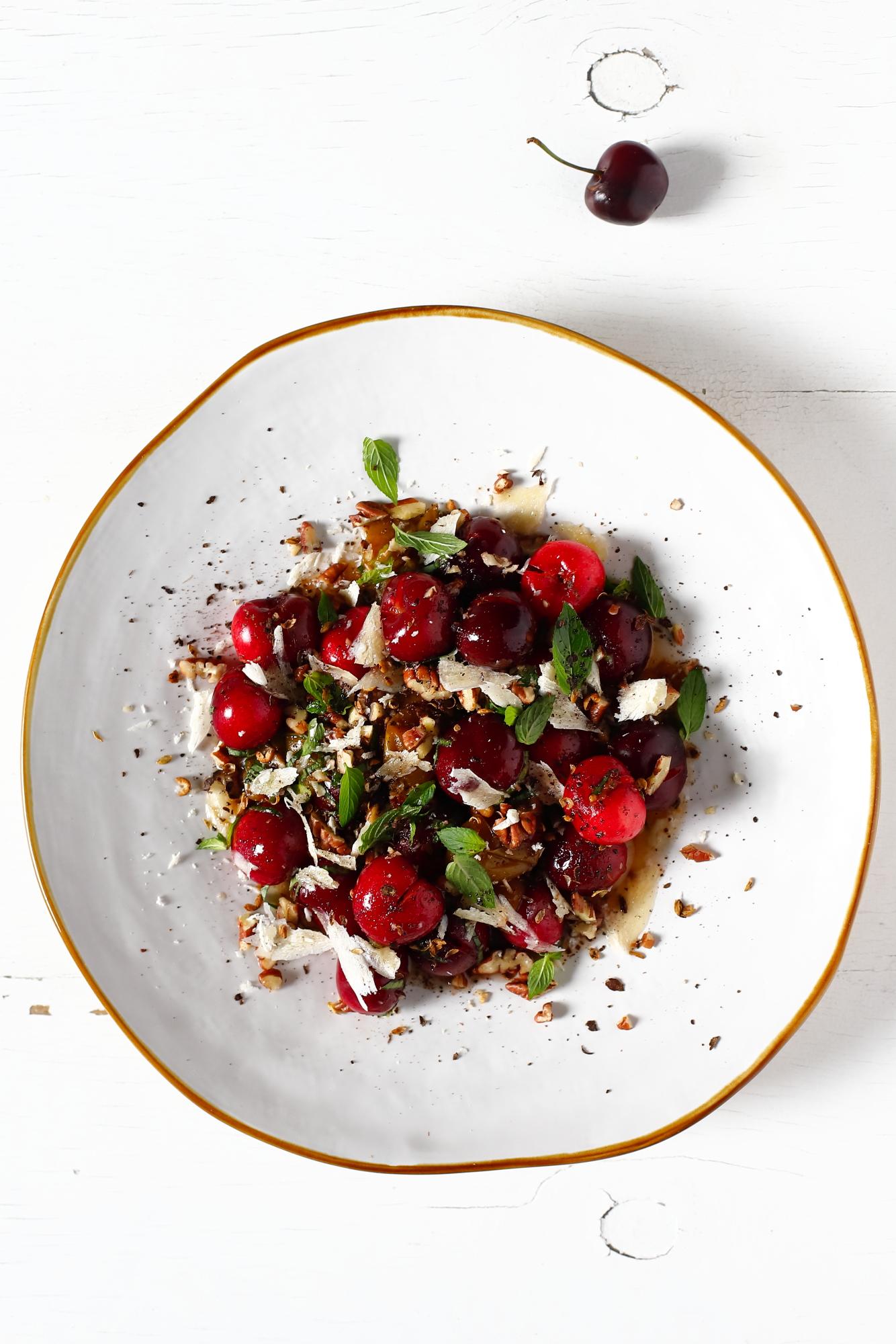Sałatka z czereśniami i orzechami pekan