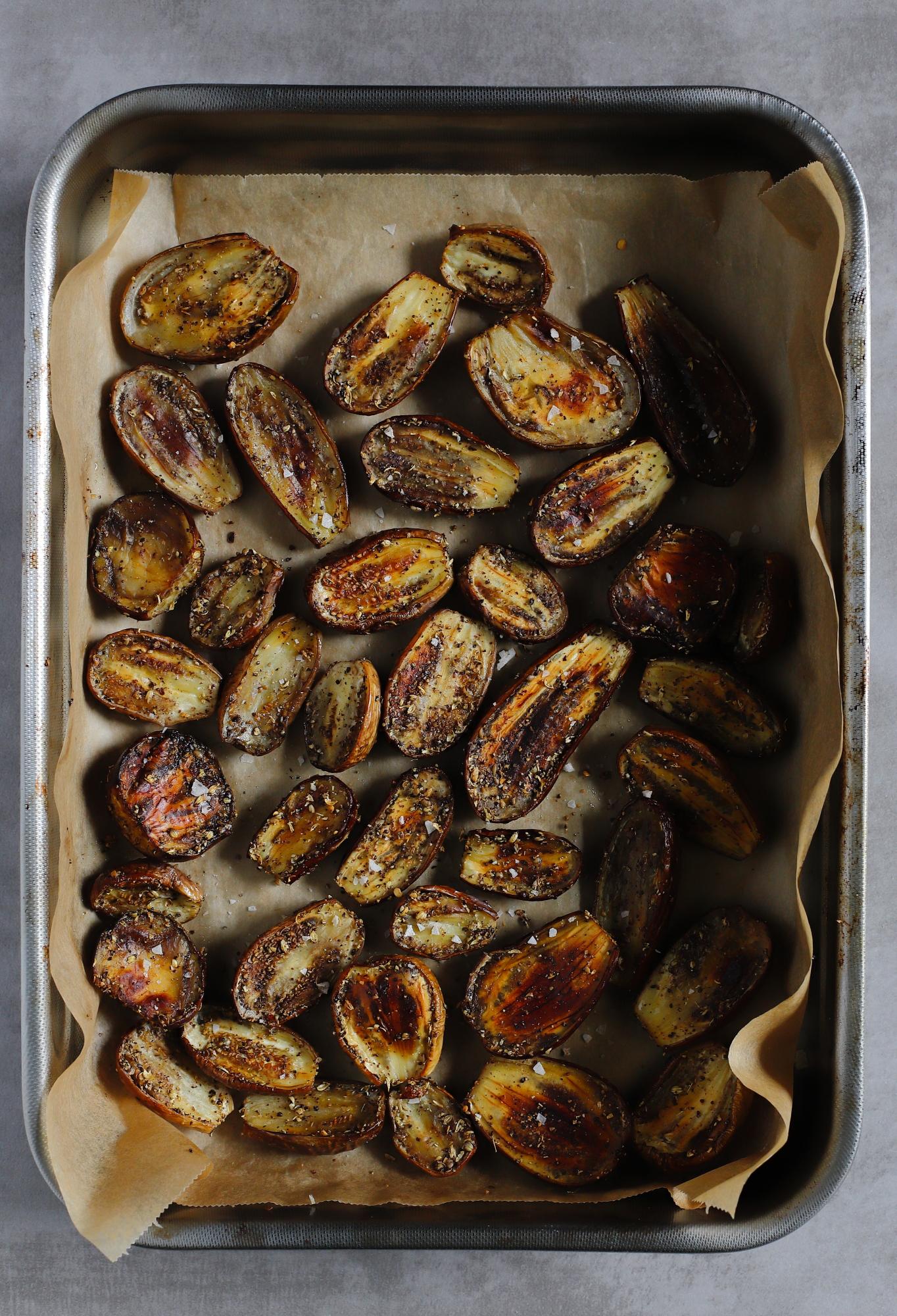 Pieczone bakłażany z porzeczkami i sosem z malin