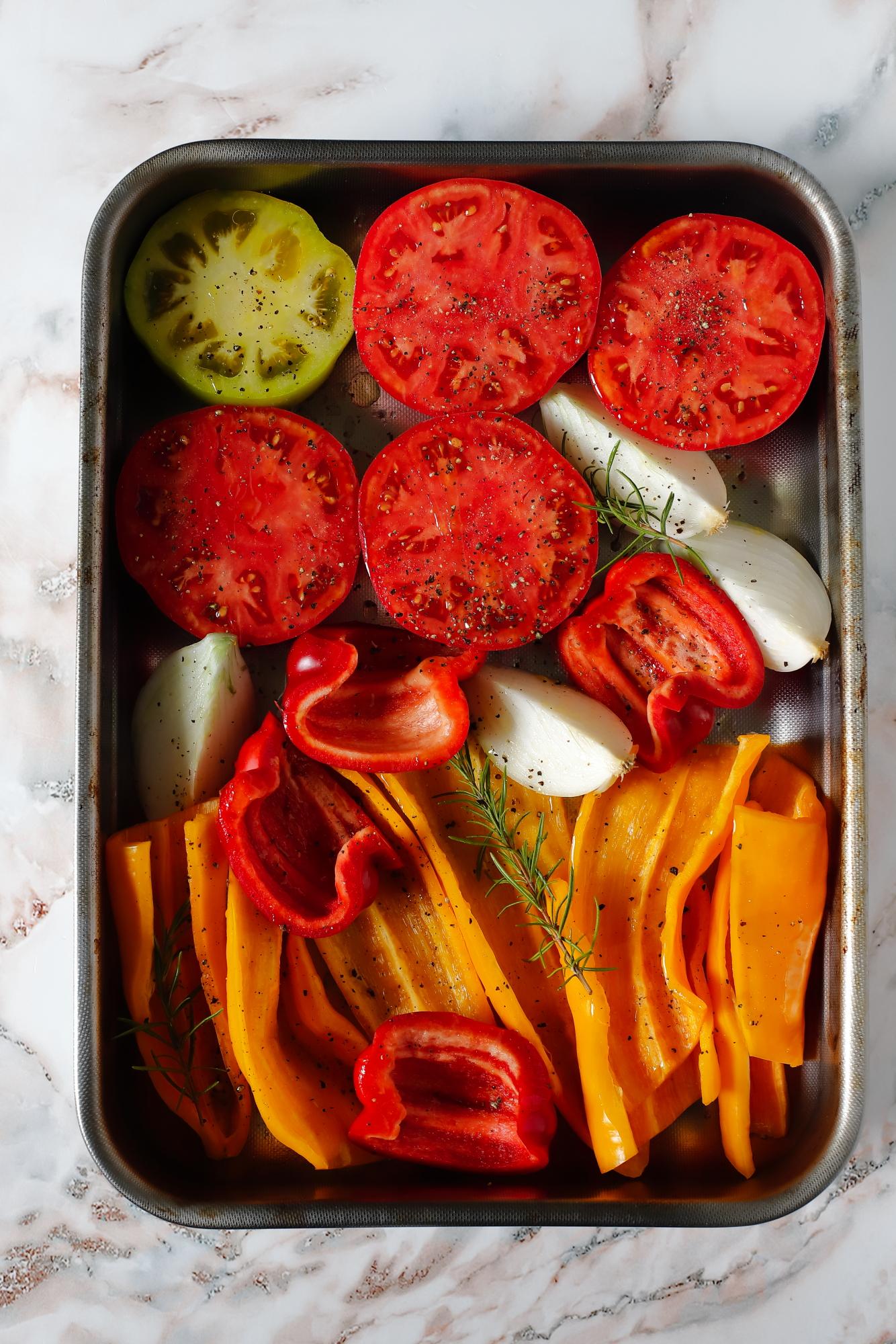 Kwiaty cukinii w sosie z pieczonych papryk i pomidorów