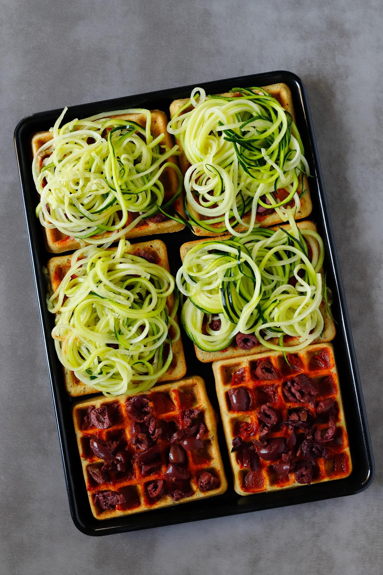 Gofry zapiekane z harissą i spaghetti z cukinii